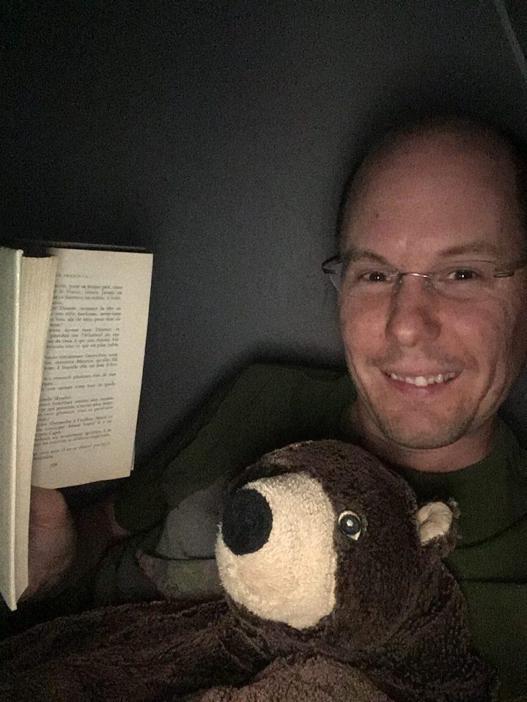 Je lis des histoire à des ours du parc dans une tente avant de me coucher. Je sais, je devrais tellement travailler au cirque, hein Gaston.